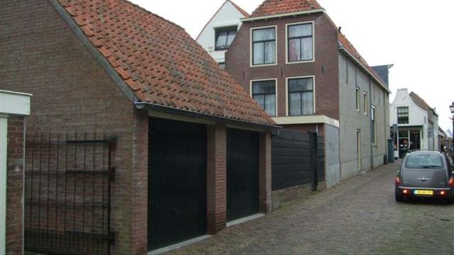 Achterzijde, dubbele garage met zolderverd.