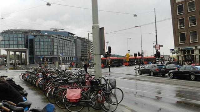 Schuin tegenover gelegen verkeersplein