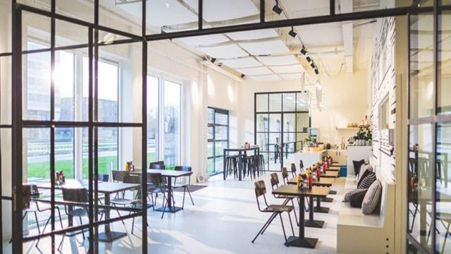 Overzicht café en ramen